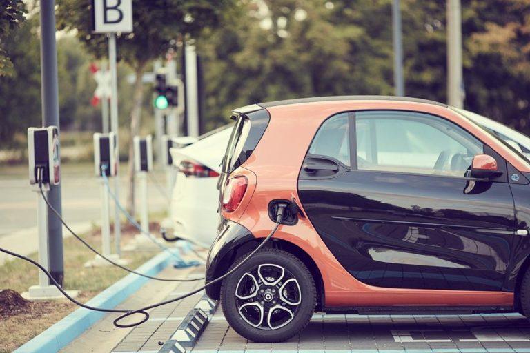 Stacje Wallbox jako normalne wyposażenie garaży dla samochodów elektrycznych.