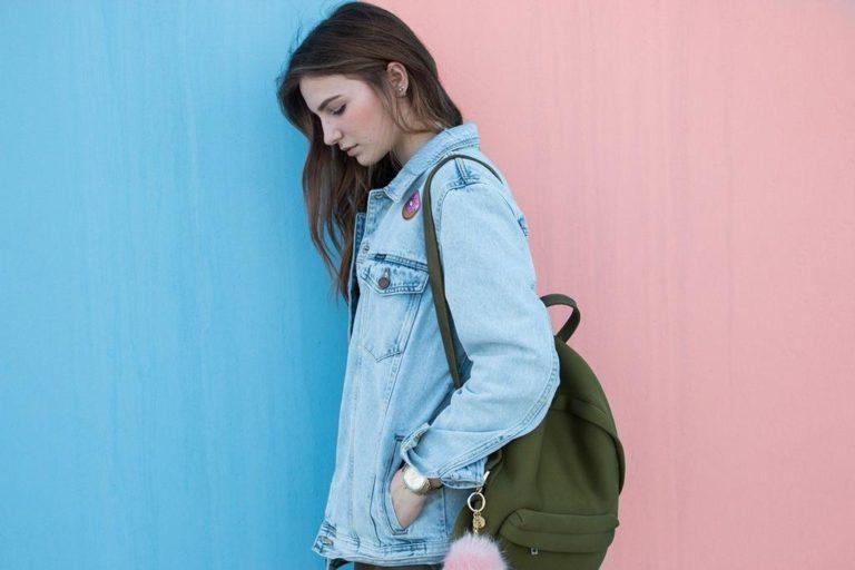Modna i praktyczna jasna kurtka jeansowa